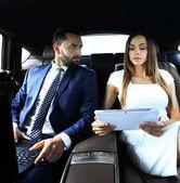 Fényképek sikeres dolgoznak a hátsó ülésen autó