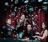 Fotografie mladí lidé mají dobrý čas v kasinu