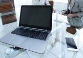 laptop és okostelefon egy üzletember asztalán