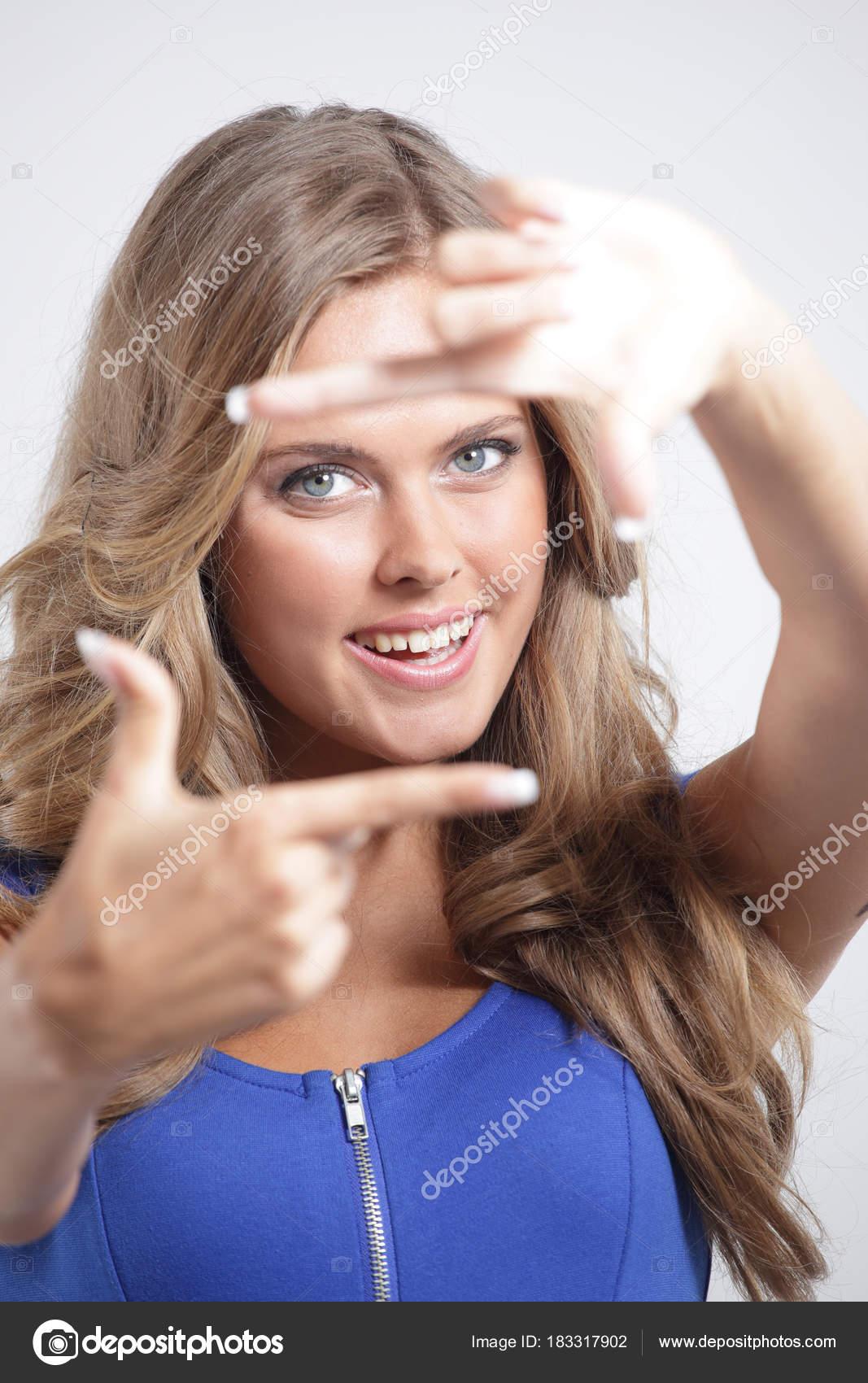 mujer joven enmarcar la cara con las manos — Fotos de Stock ...