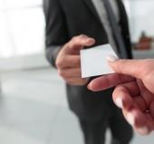 közeli kép a két üzletemberek látogatói kártya cseréje