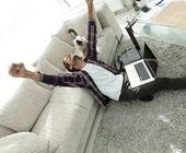 Fotografie šťastný chlap se svým psem v prostorný obývací pokoj