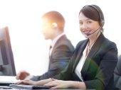 Zákaznici služby Agent s mikrofonem pracuje v Call centru