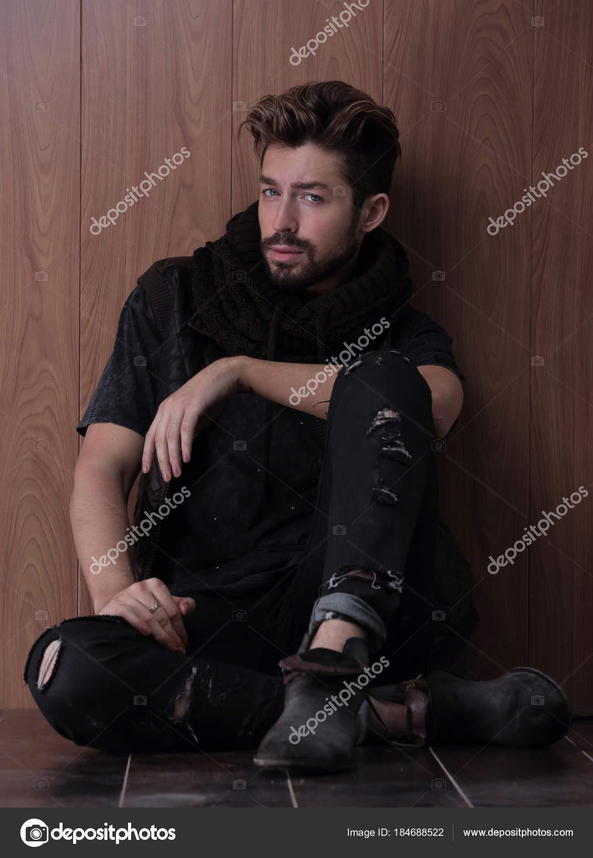 Hombre Maduro Guapo Sentado En La Pared De Ladrillo Moda Para - Moda-para-hombres-maduros