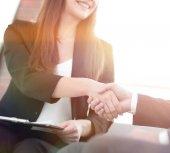Obchodní handshake, blahopřání nebo koncept partnerství