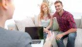 žena psycholog provádí relaci s mladý pár