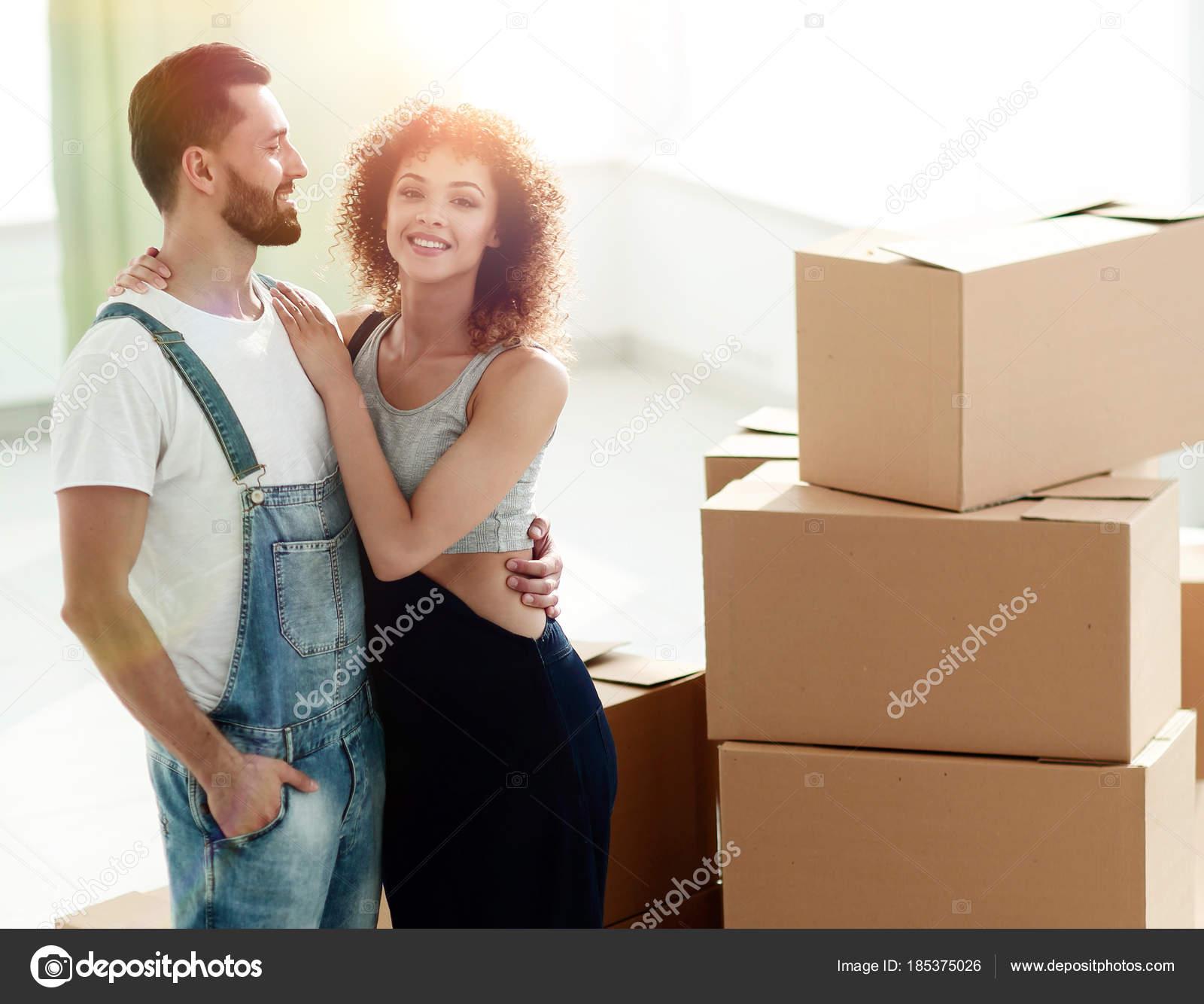 jeune couple heureux d m nagement achat d habitations neuves photographie depositedhar. Black Bedroom Furniture Sets. Home Design Ideas