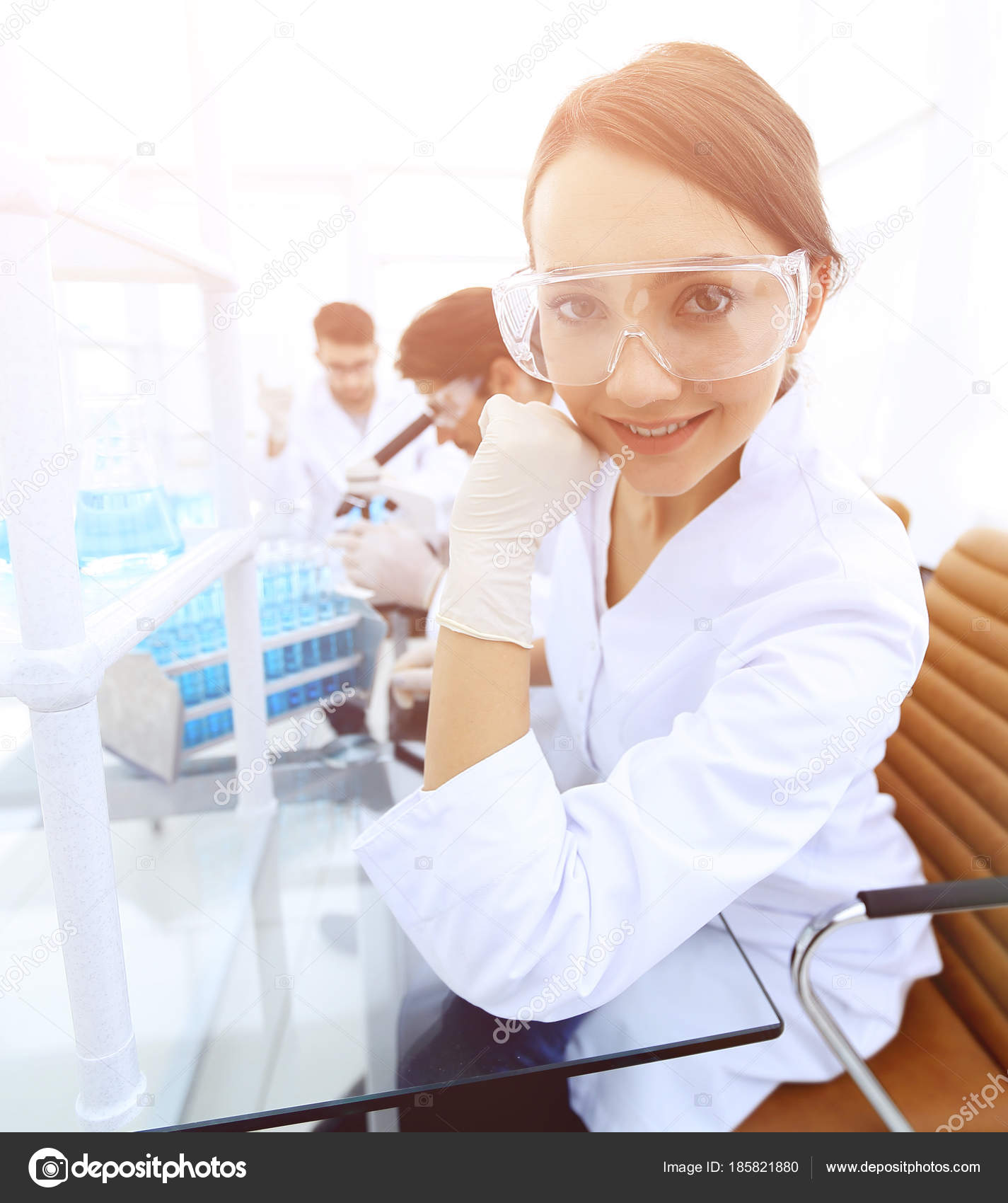 Femme scientifique travaillant sur les produits chimiques en laboratoire —  Image de depositedhar bea28b3bed91