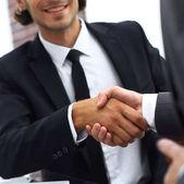 obchodní partneři handshake před otevřené laptop