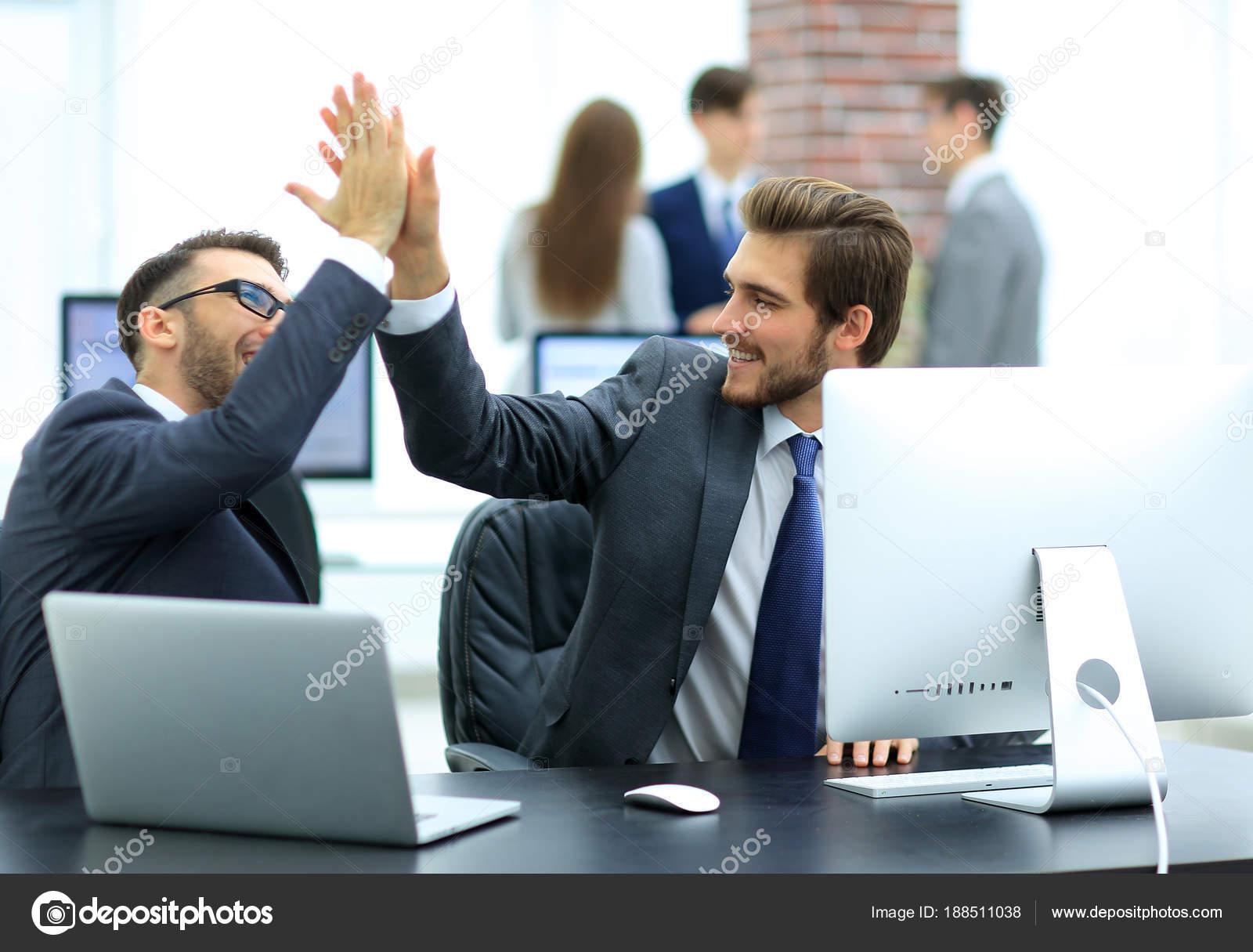 Empresarios De éxito Dando 5 Para La Motivación Fotos De