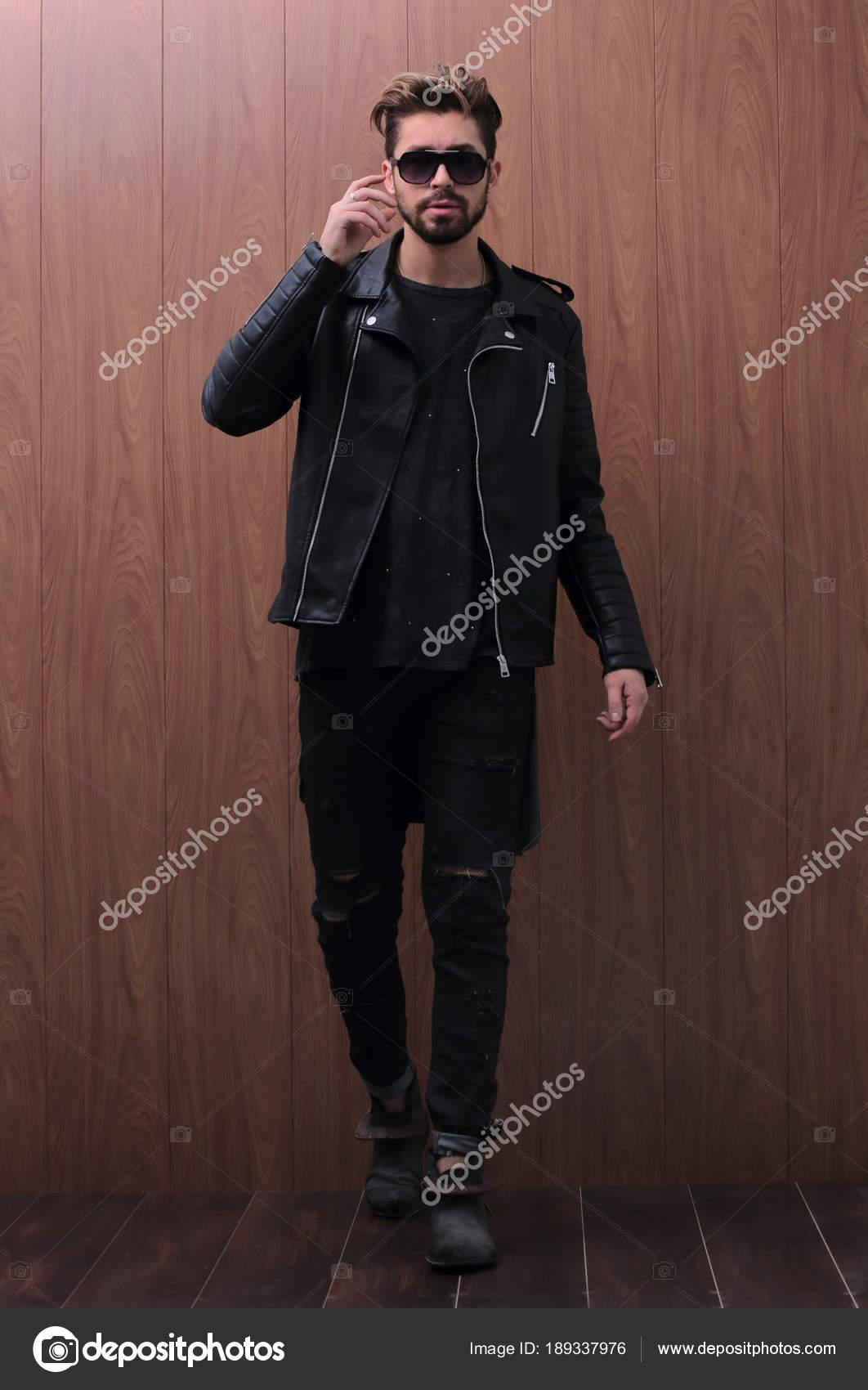 separation shoes ab05f 227b8 Un uomo è in piedi in una giacca di pelle nera e jeans ...