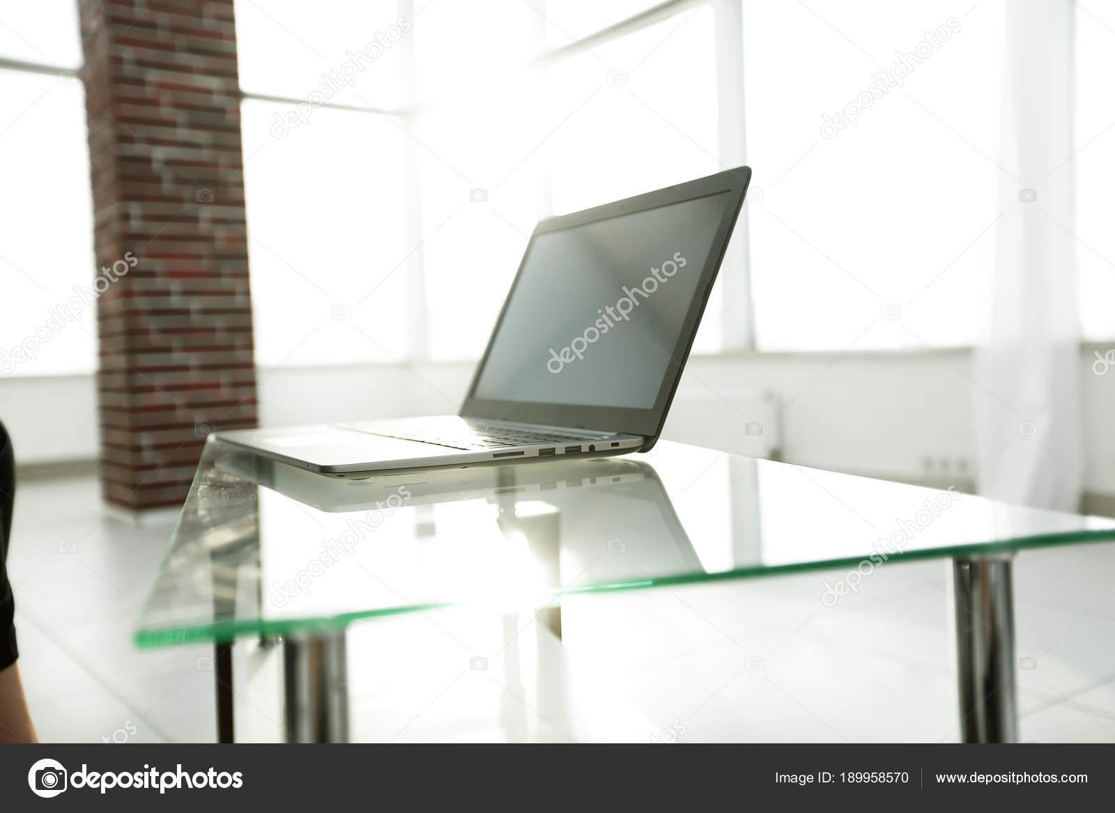 Tavolo Di Ufficio : Lavoro di ufficio con il computer portatile su un tavolo di vetro