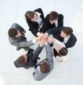 Blick von oben. Geschäftsleute halten Händchen.
