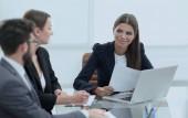 partner commerciali discutendo documenti e idee allincontro