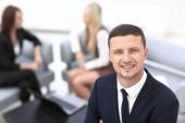 úspěšný podnikatel na úřad rozostřeného pozadí