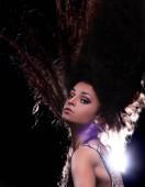 Fotografia Giovane donna castana che ballano in una discoteca di notte