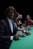 Fotografia gruppo di giocatori di poker sinistri