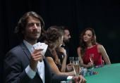 gruppo di giocatori di poker sinistri
