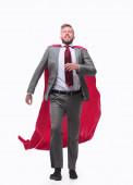 üzletember egy szuperhős esőkabátban, magabiztosan halad előre..