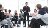 reproduktor stojící v kruhu posluchačů obchodní odborné přípravy