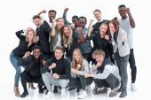 boldog fiatalok csoportja, akik együtt állnak.