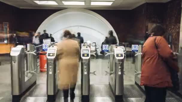 Moskva, Rusko - 28 září 2016: Timelapse lidé pohybující turniket na metra Mayakovskaya