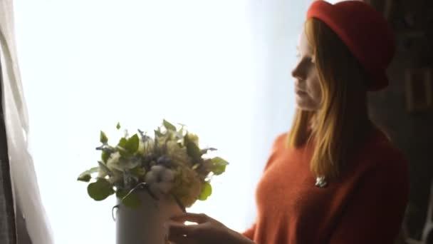 Květinářství dívka dělat květinové kompozice