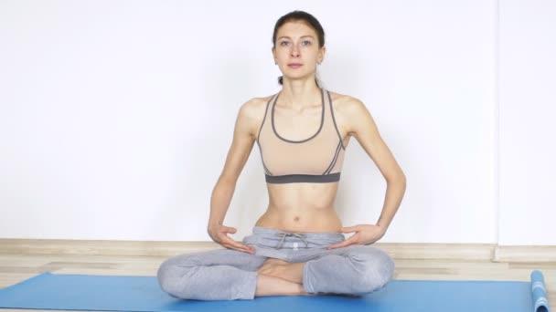 junge Frau macht Yoga-Übung im Stehen
