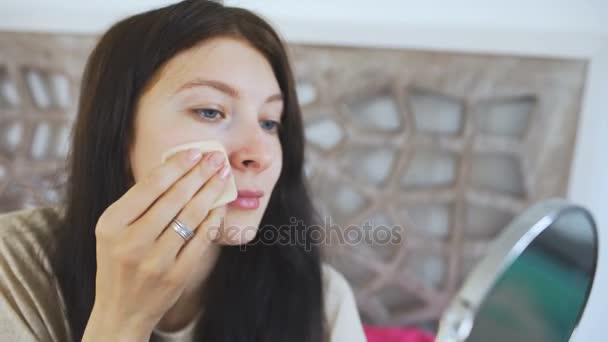 Szép nő, gazdaság, egy tükör és üzembe cream arc - alkotó fogalmak