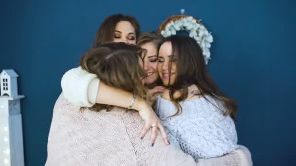 Négy gyönyörű lányok ölelni egymást. Barátnők szórakozás és nevetés a hálószobában
