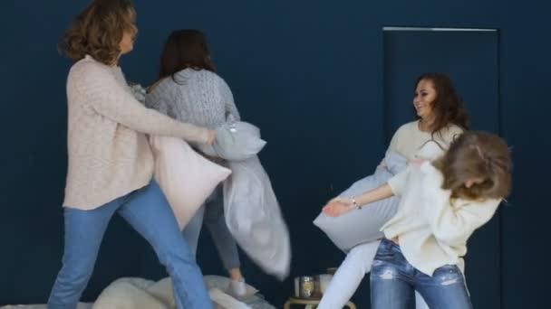 Négy gyönyörű lány harcot párnák egymást a bed slowmotion