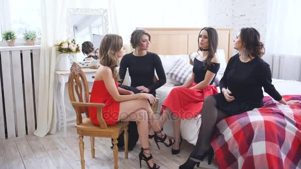 Vier schöne Frauen haben Klatsch Gespräche und Probleme zu diskutieren, während der Sitzung auf Bett