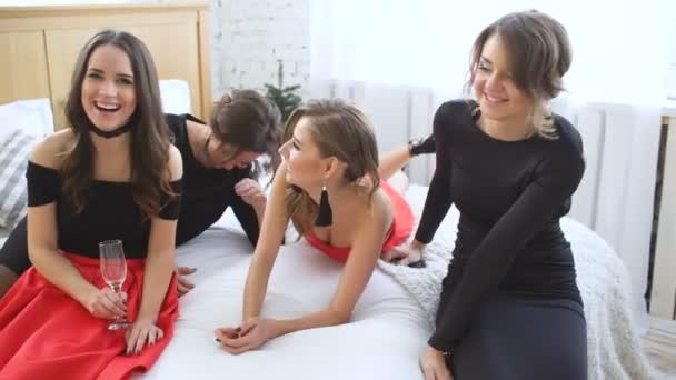 Fényes lányok estélyi ruha birtoklás móka és ital pezsgő ágyon
