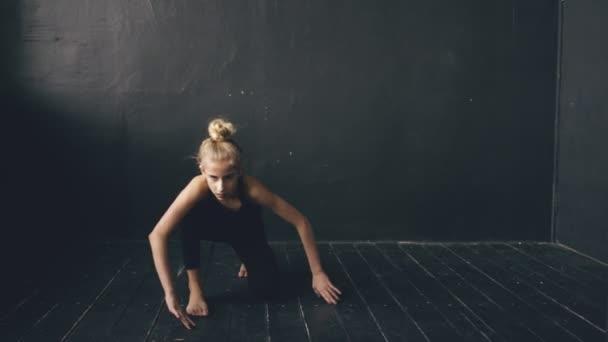 Moderne schöne Teenager-Mädchen Tänzerin Perfomance zeitgenössischen Tanz im Ballsaal im Haus