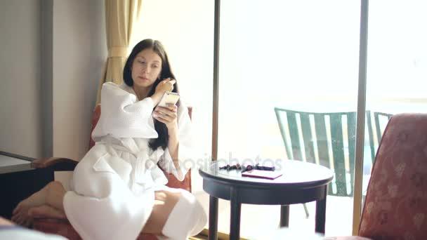Make Up Stoel : Badjas gelukkige vrouw zittend op een stoel en make up zelf maken