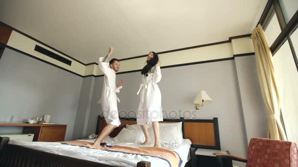 Молодая женщина в гостинице с любовником видео, как засунуть себе в анал руку фото