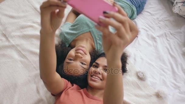 Felülnézet vidám kevert vicces lányok hogy selfie portré otthon hálószoba ágy
