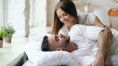 Поцелуи видео в постели девушка дяденькои фото 487-268
