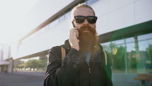 Dolly lövés a fiatal szakállas csípő férfi napszemüveg ab64c5b769