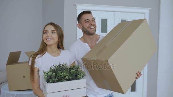 Šťastný pár sledování jejich nového domu rozrušený. Mladý muž dát klíče k jeho přítelkyni a políbil ji
