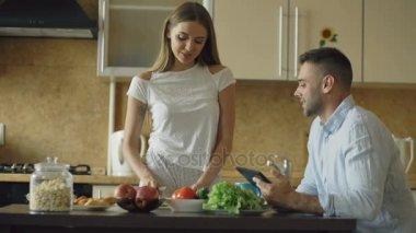 На кухне с женой и падругой