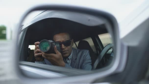 Reflexion im Seitenspiegel von Paparazzi Mann im Auto sitzen und mit Dslr-Kamera fotografieren