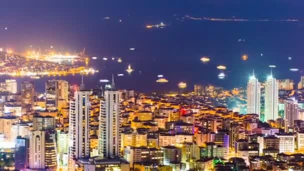 Oddálit zobrazení střeše timelapse Bospor a Istanbul panoráma a Zlatý roh v noci