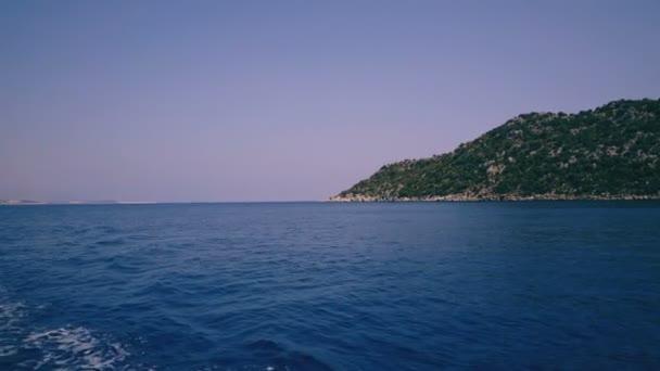 Zobrazení na šířku Středozemního moře na pobřeží a hory z plovoucí loď
