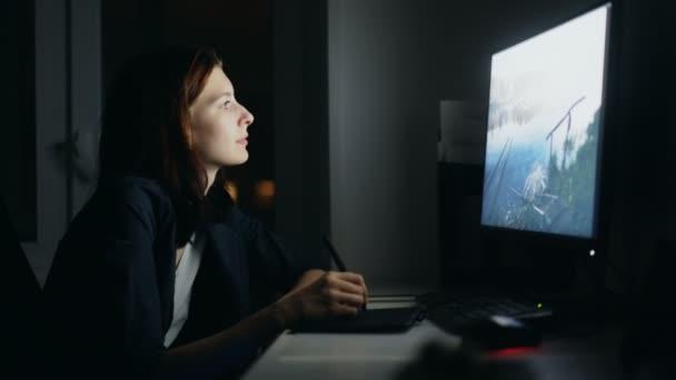Konzentrierte sich die junge Frau Designer arbeiten zu Hause in der Nacht mit Computer und Grafiktablett Job zu beenden