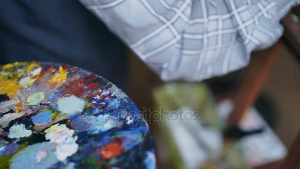 Detailní záběr z mans ruční malba zátiší obraz na plátně v ZUŠ