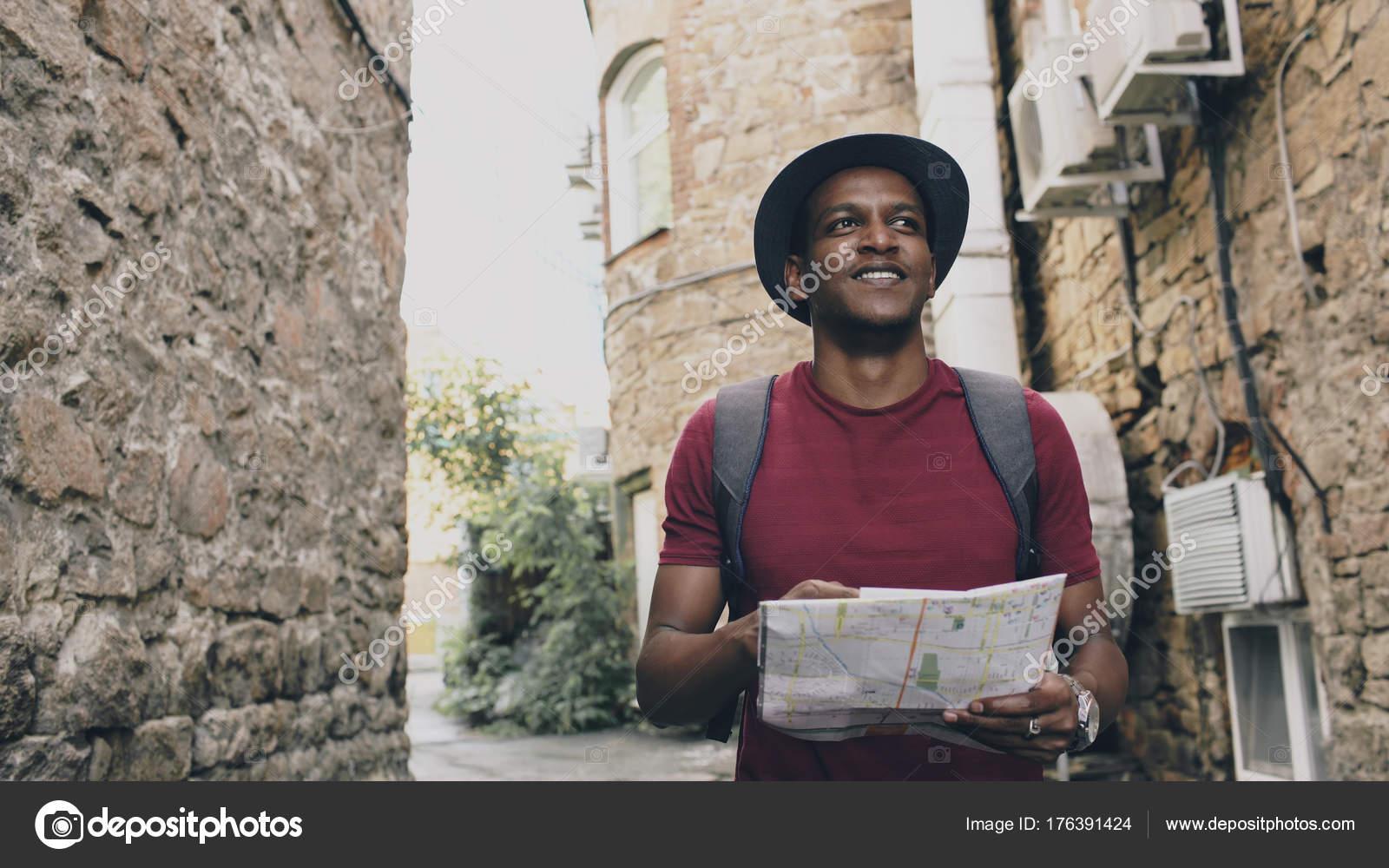 karta europa vägbeskrivning African american turist man gå och titta på papper stadskarta att  karta europa vägbeskrivning