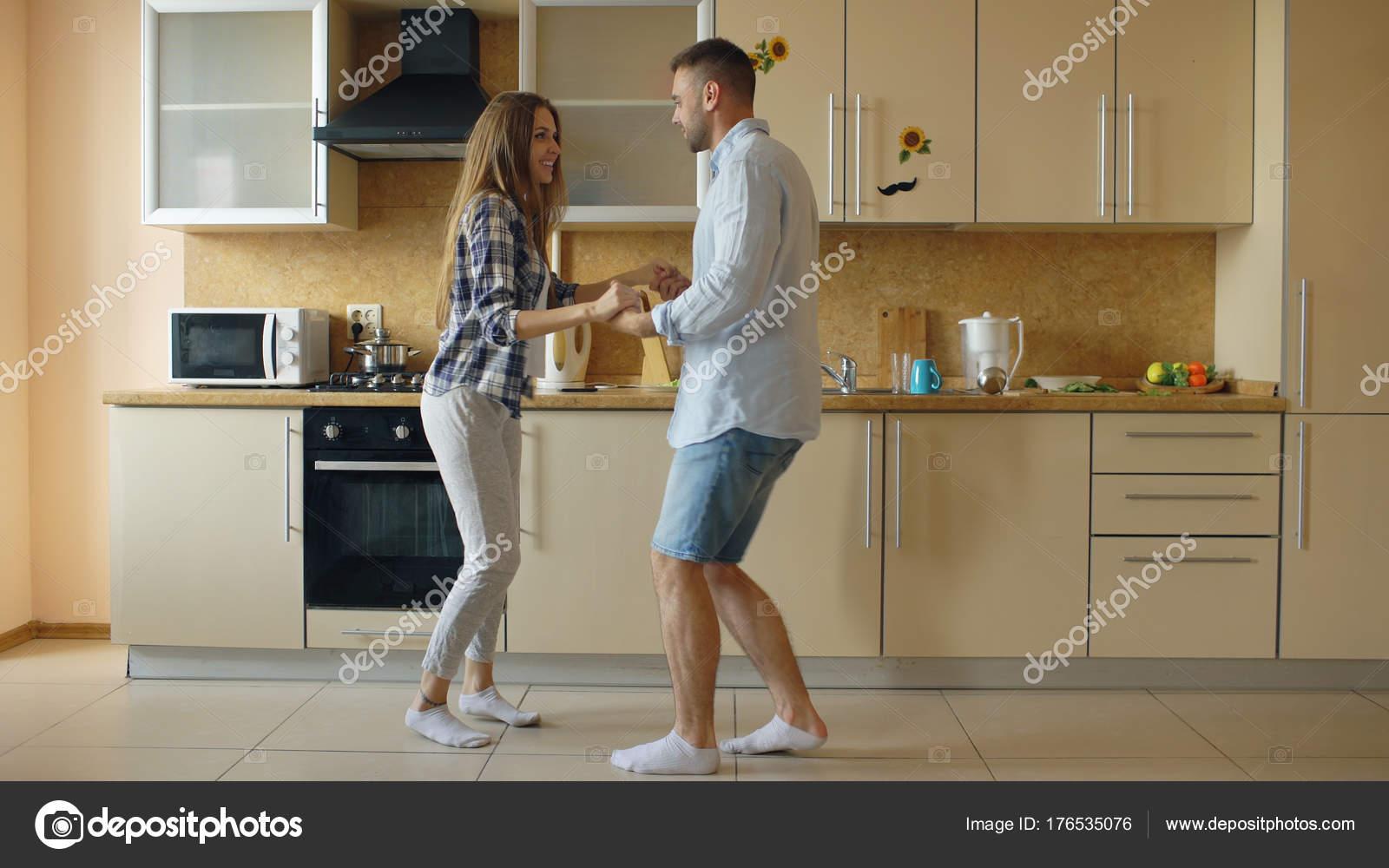 Attraktives junges Paar lustig tanzen beim Kochen in der Küche zu ...