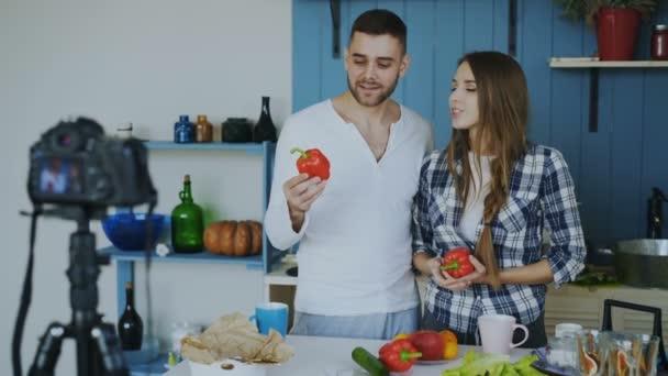 Allegro attraente coppia registrazione video blog circa il cibo sano
