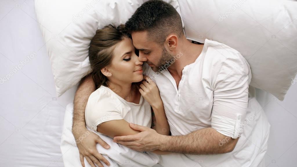 старики целуются и обнимаются в постели - 8